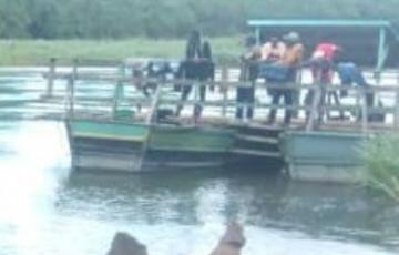 A Beni, la barge qui sert de pont sur la rivière Semuliki emportée par les eaux