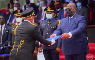 Les lauréats de la 1è promotion de l'ecole de guerre de Kinshasa ont reçu des brevets de Tshisekedi